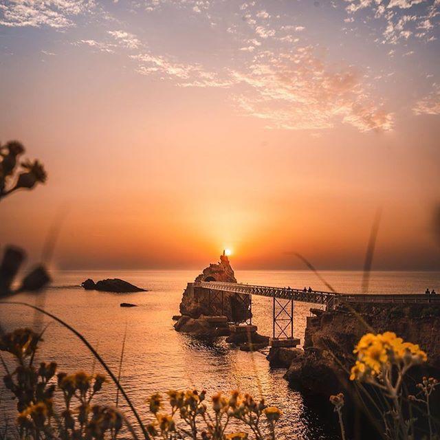 Voilà ce qui pourrait être un dimanche soir de rêve chez nous. Et vous, il est où votre dimanche soir magique ? ✨😍✨🌊 📷@marcourrutia1 #biarritz #coucherdesoleil #sunset #rocherdelavierge #paysbasque #euskadi #ilovearsene