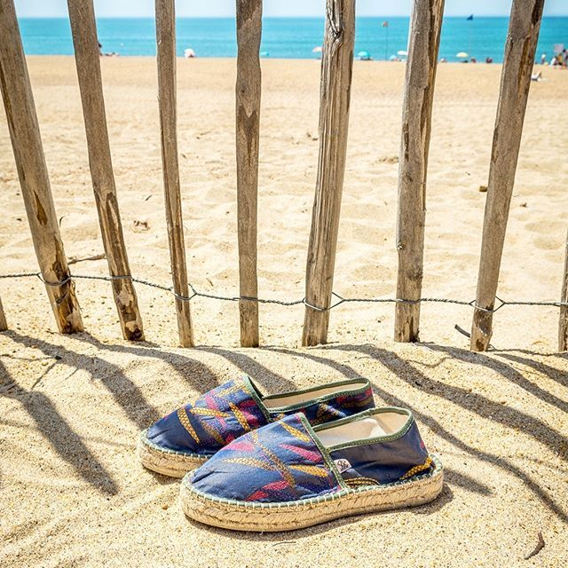 Qui veut passer de l'autre côté de la barrière avec ses Christine et aller faire une petite brasse dans ce joli bleu ? (sans les Christine le saut dans l'eau 😊) 💦🌊💧#espadrilles #espadrille #plage #sable #airdevacances #paysbasque #anglet #madeinfrance #mauleon #ilovearsene
