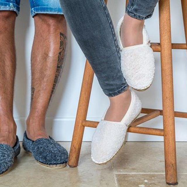 Vous rêvez vous aussi de vous assoir sur un tabouret ou restez les jambes bronzées à côté avec nos espadrilles fourrées ? C'est désormais possible avec Arsène !! 😍🇫🇷🎁🐑 #espadrilles #madeinfrance #fabricationfrancaise #createurfrancais #marquefrancaise #enmodebasque